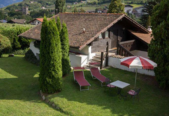 Der Ansitz Pünthof im Gartendorf Algund:###br###Ferienwohnungen und Zimmer nahe der Kurstadt Meran in Südtirol. Idyllisches Familienhotel mitten im Grünen.