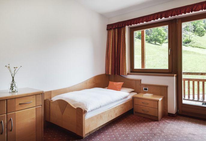 5 Gehminuten vom Dorfzentrum entfernt genießt das Hotel Majarei eine äußerst günstige Lage inmitten einer grünen Wiese mit Panoramablick auf die Umgebung.