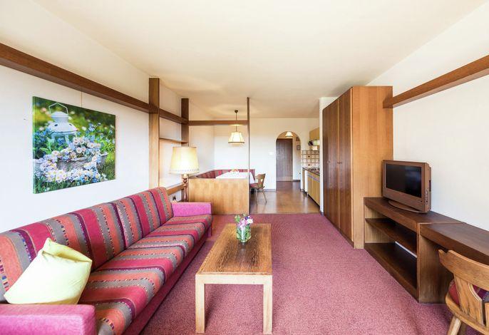 Ferienwohnungen mit HALLENBAD . . . Herzlich Willkommen im Apartment Haus Feyerlin in Lana bei Meran. Genießen Sie unseren Pool und die Aussicht auf das Tal und den liebevoll gepflegten mediterranen Garten.