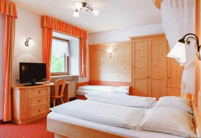Gasthof Alpenrose bietet geräumige Zimmer mit atemberaubenden Ausblick auf den Haider See und die herrliche Bergwelt des Ortlermassivs.