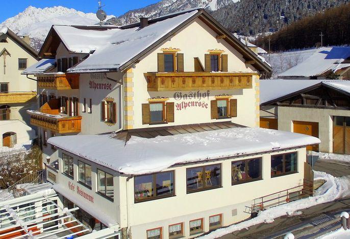 verschneites Hotel Alpenrose am Haidersee
