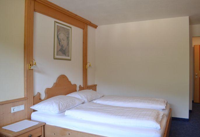 Sehr ruhig gelegen lädt unser Hotel am Reschensee zum Wohlfühlen ein. Nach einem aktiven Tag in der klaren Bergluft lädt unsere Wellnessoase zum Erholen und Entspannen ein und gibt Ihnen Kraft für die nächsten Erlebnisse.