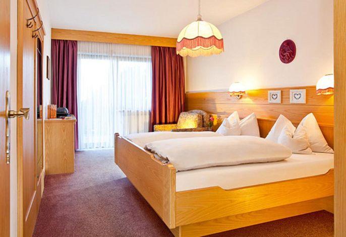 Ruhig gelegene Ferienwohnungen oberhalb von Schenna. Tolle Aussicht auf die Meraner Bergwelt. Hallenbad, Bar, Sauna, Veranstaltungen im Hotel Gutenberg (150 m entfernt) HP möglich!