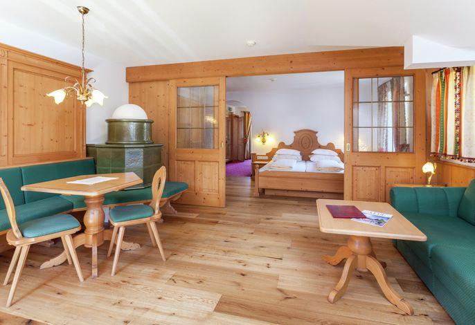 Unser neurenoviertes Hotel indenDolomiten, auf der Seiser Alm. 400 m vom Zentrum Compatsch entfernt. Idealer Ausgangspunkt für Wanderer, Paragleiter, Skifahrer, Modellflieger, Familien und Naturfreunde!