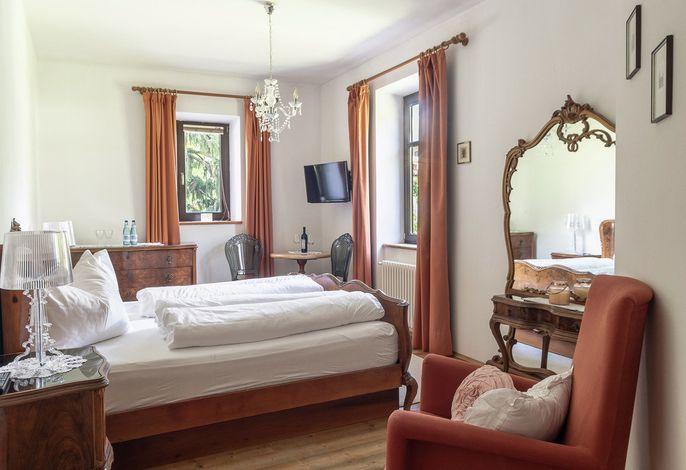 Unser Haus bietet 3 Doppelzimmer, die auf Anfrage zur Übernachtung für unsere Gäste angeboten werden können. Die Zimmer befinden sich in den oberen Trakten des Anwesens und sind stilvoll und gemütlich eingerichtet.