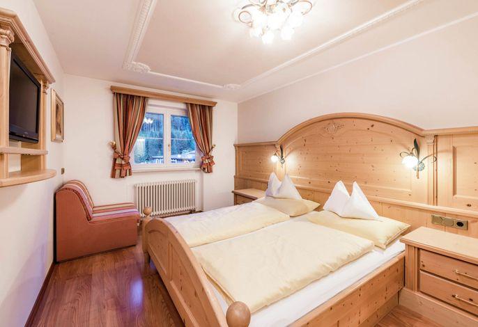 In exklusiver und zentraler Lage von Wolkenstein liegt die charmante Ferienresidenz Villa Leck,###br######br###eingebettet in der einmaligen Bergkulisse der atemberaubend schönen Südtiroler Dolomiten - UNESCO