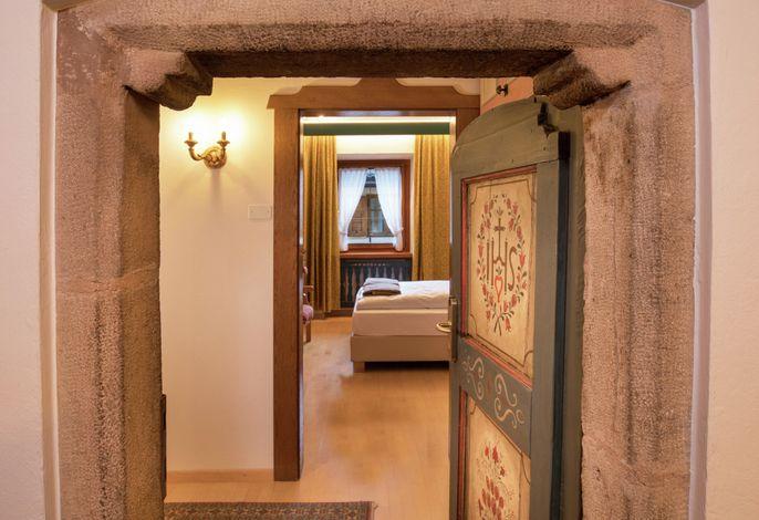 Willkommen im Cavallino d'Oro: 700 Jahre Tradition auf dem historischen Dorfplatz von Kastelruth!