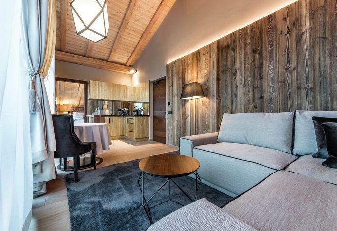 Das Hotel Montchalet befindet sich in St.Ulrich dem Herzen des berühmten Grödnertals, umgeben von der natürlichen Schönheit der Dolomiten, das Unesco -Naturwelterbe.
