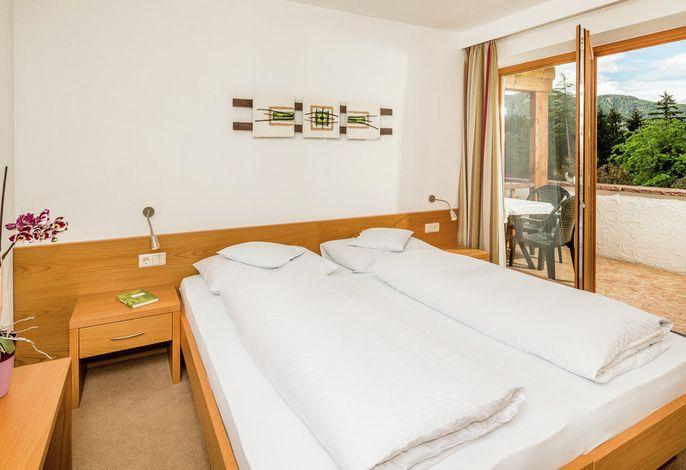 Zwischen duftenden Fichtenwäldern und blumenreichen Bergwiesen liegt das kleine, familiär geführte Naturpark-Hotel Stefaner in Tiers am Rosengarten.