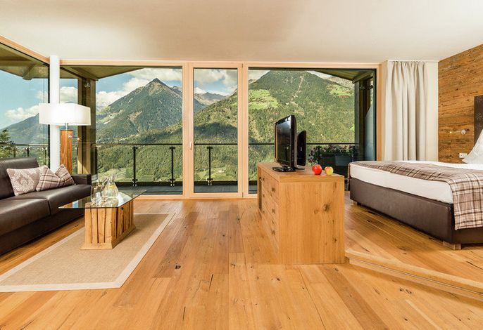Der Name unseres Panorama-Hotels in Schenna kommt nicht von ungefähr – in unserem familiengeführten Betrieb erleben Sie sonnendurchflutete Urlaubstage, die Ihnen Ruhe und Erholung schenken werden