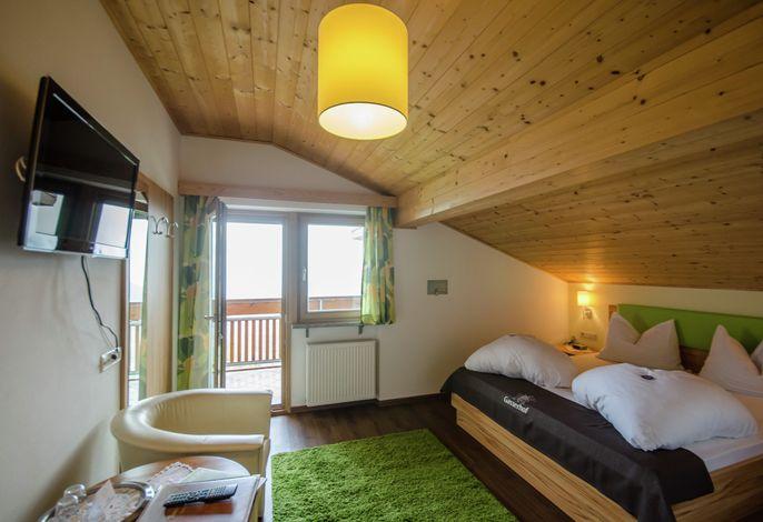 Unsere Panorama-Frühstückspension befindet sich in Verdins 850 m bei Schenna, oberhalb von Meran, in freier, ruhiger und sonniger Lage; ca 150 Meter von der Gäste-Bushaltestelle sowie dem Ortskern ( DORF) entfernt.