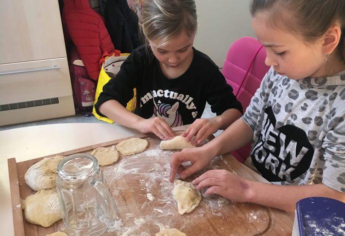 Unsere Kinder beim Kärntner Nudeln machen