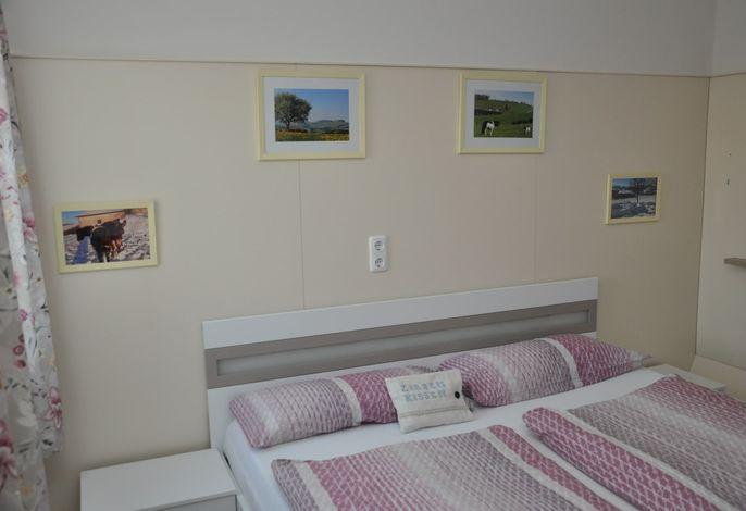 Nussbaum 1.Schlafzimmer
