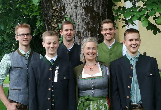 Die Hausleute  mit ihren 4 Söhnen