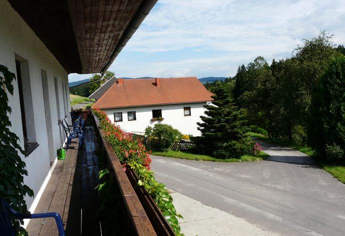 Blick vom Balkon auf den Bauernhof