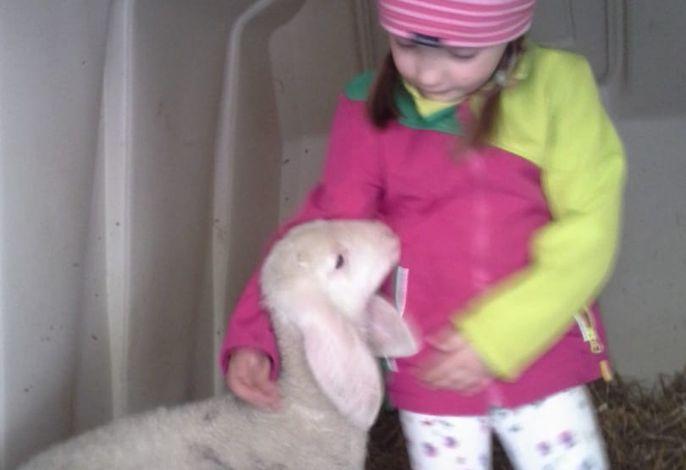 Theresa mit ihrem Schaf Putzi