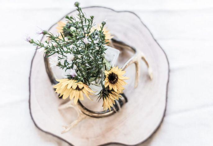 Hirschgeweih meets Blumen - Tischdekoration am Ferienhof Oberreit