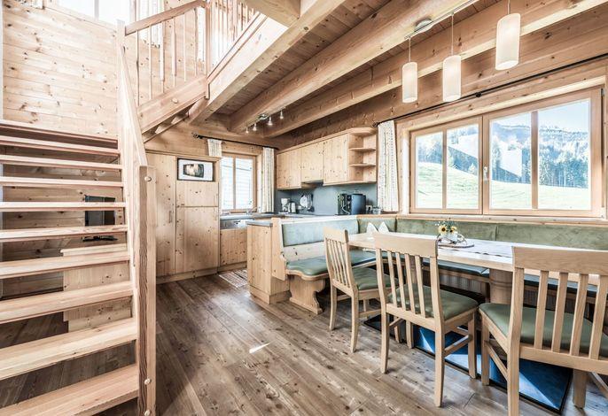 Der Wohnraum / Wohnküche bietet neben einem großen Holztisch eine vollausgestattete Küche mit Kaffeevollautomat, Backrohr, Kühlschrank, Gefrierfach, .