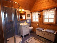Badezimmer im Obergeschoß Hoamatl