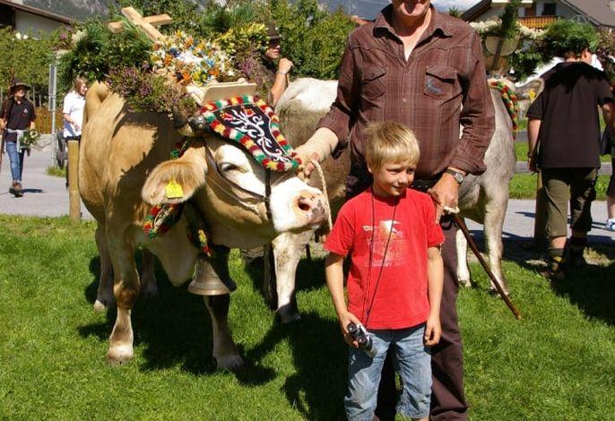 Almabtrieb Hausherr Rudolf mit Gaestekind Samuel