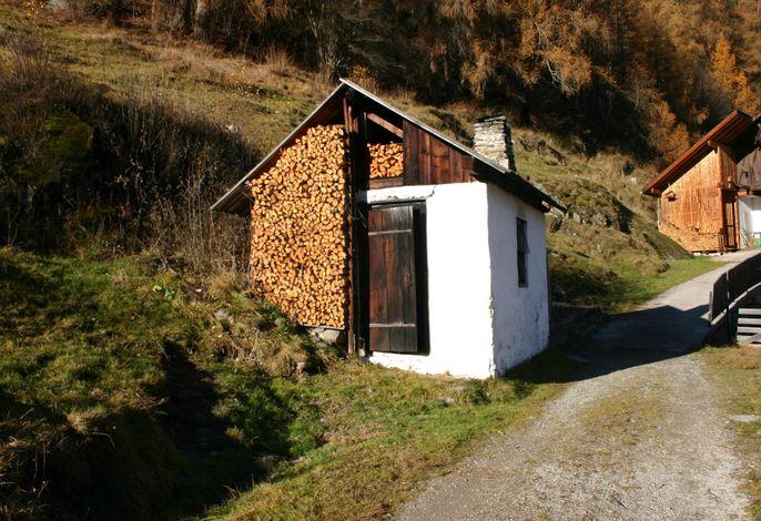 Räucherhaus: hier wird im Winter unser eigenes Schweinefleisch mit eigenen Holz und Sträuchermischungen geräuchert