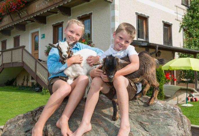 Magdalena und Mathias mit Ziegen