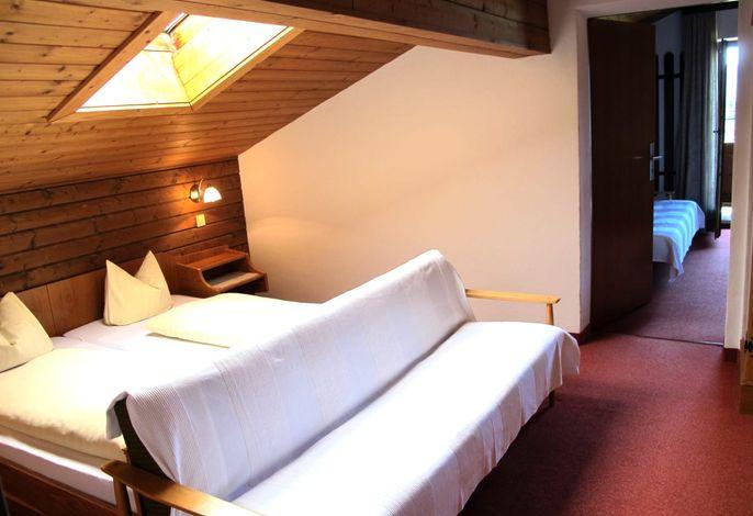 Familienzimmer - 2 Doppelzimmer/Dreibettzimmer mit Verbindungstür, Dusche/WC und Balkon