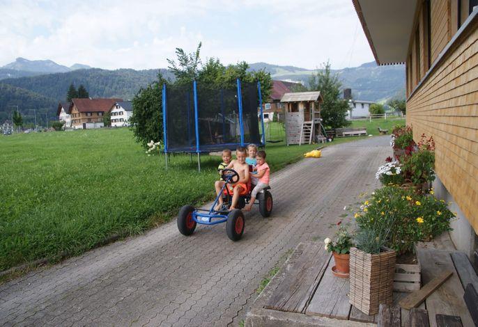 Kinder am Gokart fahren