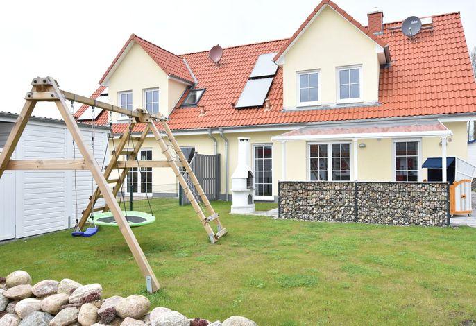Ferienhaus mit Terrasse und kleinem Spielplatz in Rerik