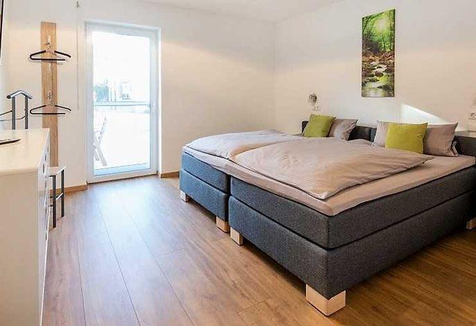 Schlafzimmer mit Doppelbett oder zwei Einzelbetten