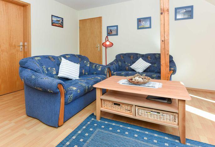 Wohnzimmer mit interiertem Küchenbereich