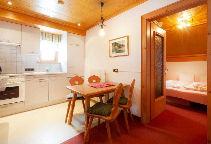 Wohnküche mit Backofen und Sitzecke
