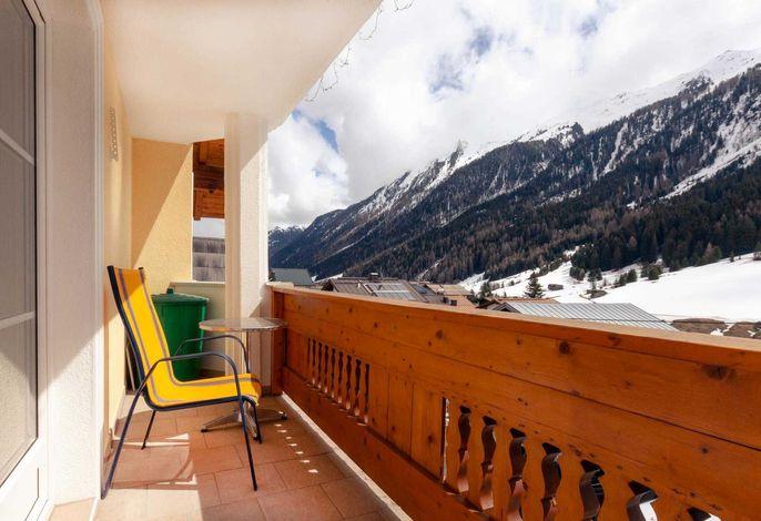 Der Balkon des Apartments mit einem wunderschönen Ausblick auf die Berge.