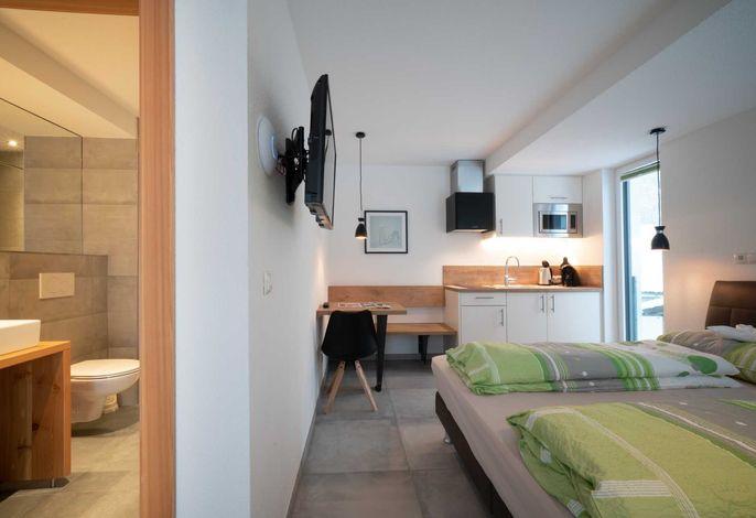 Schlafzimmer und Duschbereich