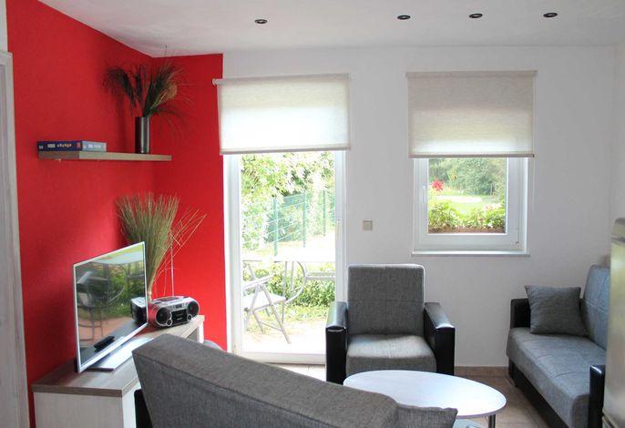 Wohnzimmer mit Blick auf die Terrasse und Garten