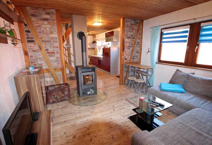 Wohnraum mit offener Küche und Ess-Theke