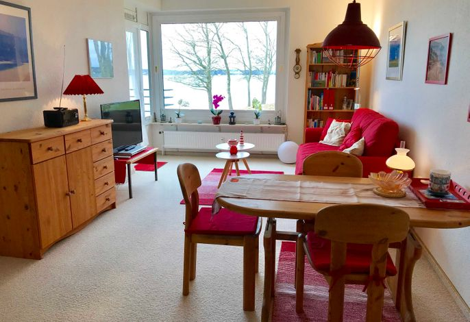 Der Wohnraum mit Sofa und Essecke