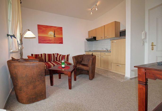 Appartement Nr. 2 'Mönchgut', Wohnraum mit Küchenzeile