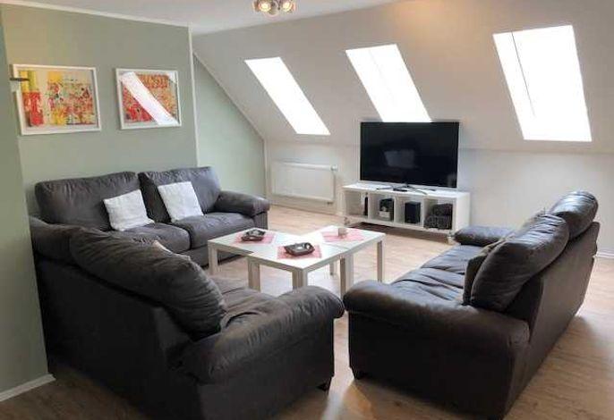 Wohnzimmer mit großem Fernseher