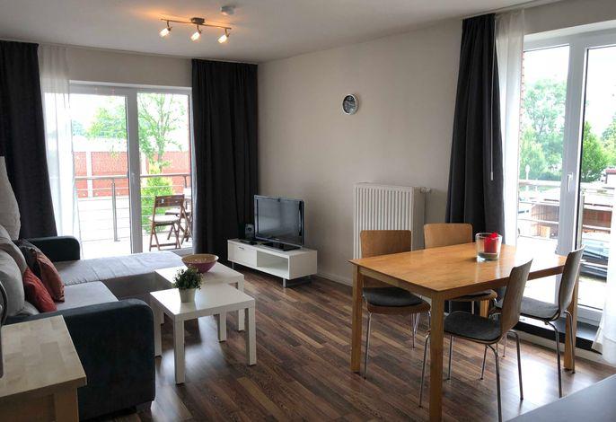 Wohnraum mit Sofa und Essecke