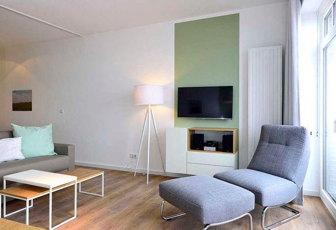 Wohnessbereich mit Sessel und Fernseher