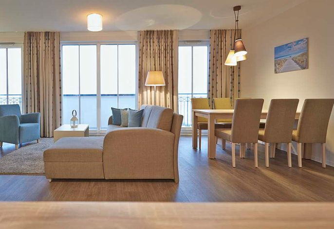 Wohn/Essbereich mit Couch, Couchtisch, Sessel, Esstisch und Sitzgelegenheiten