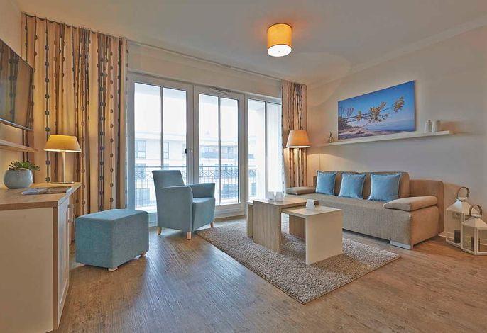 Wohn/Essbereich mit Esstisch, Sitzgelegenheiten, Küchenzeile, Couch und Couchtisch
