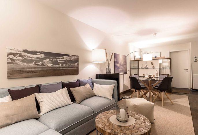 Wohn-/Essbereich mit Couch und Esstisch