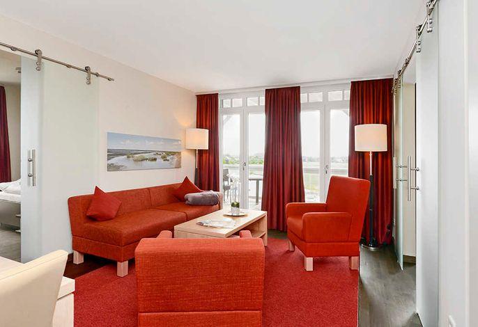 Wohnzimmer mit Couch und zwei Sessel