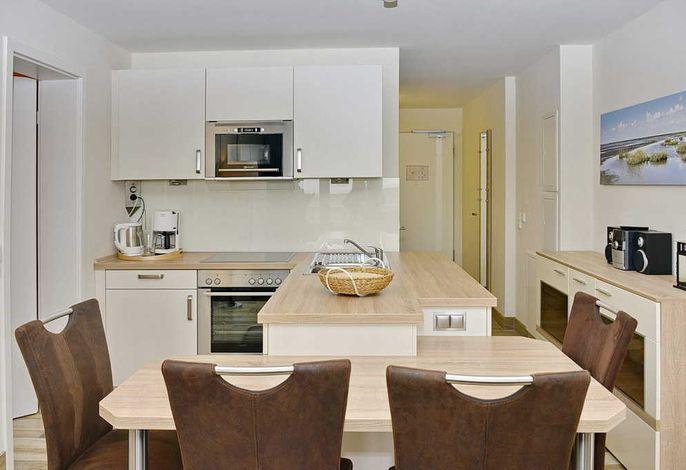 Wohnküche mit Küchenzeile und Esstisch