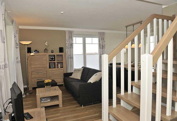 Wohnbereich mit Couch und Treppe