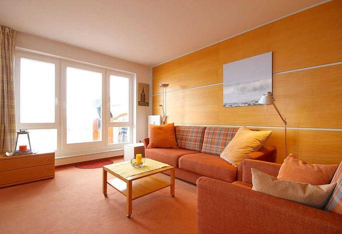 Wohnzimmer mit Couch und Sessel