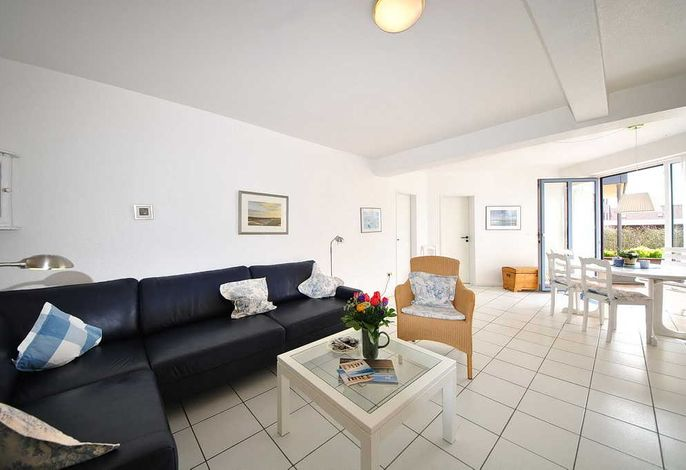 Wohnbereich mit Couch, Esstisch,und Stühlen