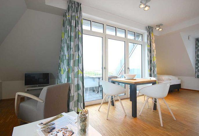 Wohnschlafbereich mit Doppelbett und Esstisch